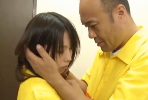 バイトの女子校生を脅して中年店長がバックヤードでぶっかけレイプ!