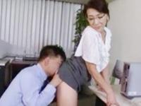 性欲高まってきた巨乳の熟女教師が職員室で同僚誘惑→ソファで中出しパコw