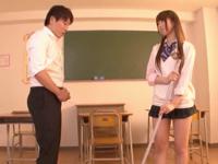 ミニスカすぎる制服JKが放課後の掃除そっちのけで教室パコw