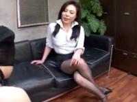 熟女OLが会社でこっそりM男をパンスト足コキしてストレス発散!