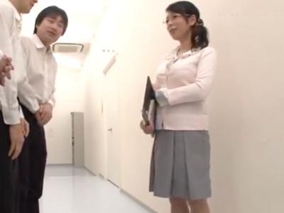 「おっぱい出ちゃうぅ!」産休明けの巨乳女教師が学校中の男とハメまくりw