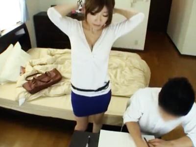 巨乳JD家庭教師が胸チラで生徒誘惑→チンポ挿入からの顔射ハメに発展!
