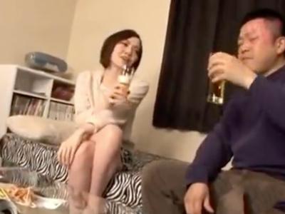 自宅に招いた素人娘を酒に酔わせてエッチないたずら開始!