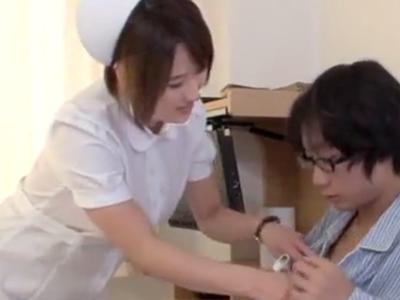 痴女な看護士が童貞患者の勃起チンポを中出しハメで筆おろし!