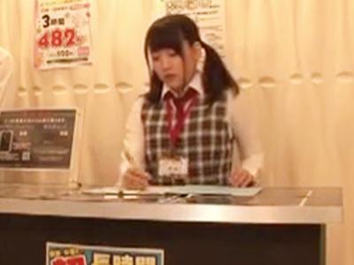 AV見放題のネカフェで美少女店員に勃起見せつけ→個室連れ込みガチハメ開始!