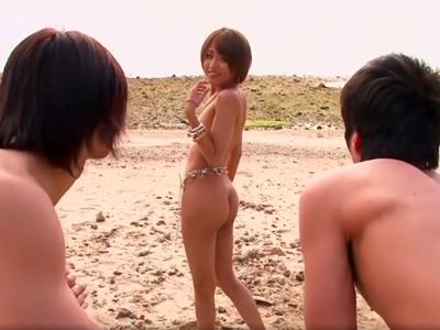 「いいよ中に出してッ!」ドスケベギャルが開放的なビーチで中出し3Pパコ