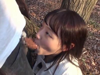 「いいよ抜いてあげるね」ニッコリ笑顔な浜崎真緒の野外フェラチオ