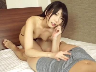 手コキ&足コキで痴女責めしてくる黒髪美少女→美尻に大量射精