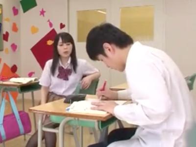 風紀委員を誘惑し教室で中出しパコしちゃうド変態美少女JK
