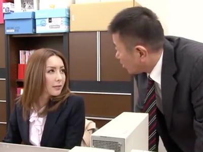 男子トイレで用を足す美熟女OL→社員に見つかり強制フェラ!