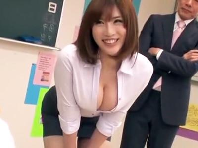 谷間を見せつけ校内の男を誘惑する巨乳教師→ザーメンまみれになる輪姦パコ開始