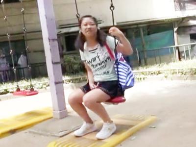 「なんか出てる・・」近所の公園で遊んでたロリっ娘に強制中出し