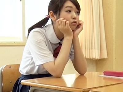 放課後の教室で毎日生ハメ居残り補習を行うロリ顔JK