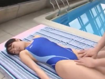 競泳水着姿の黒髪美少女が膣奥を激しくパコ突かれ涙目になりながら悶えイキ