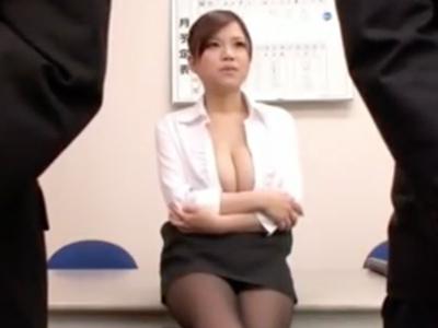 母乳溢れ出る巨乳上司が部下のチンポを優しくパイズリ抜き!
