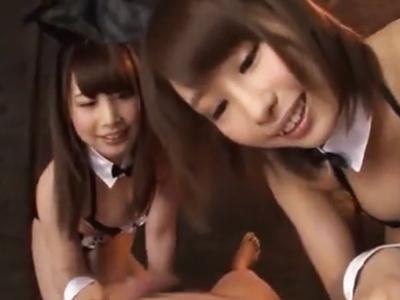 痴女バ二―ガール2人組の濃厚Wフェラ→耐えられるわけもなく大量射精!