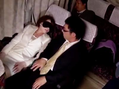 「ねぇ‥いいでしょ?」痴女妻が夜行バスの中で隣席の他人棒と中出しパコ!