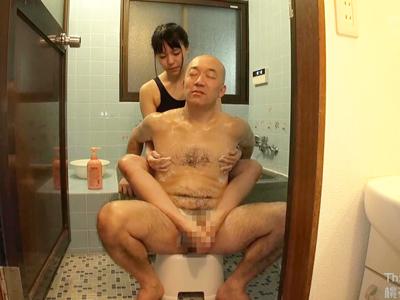 「溜まってるの…抜いてあげるね♪」スクール水着姿の巨乳美少女がお風呂で手コキフェラ抜き