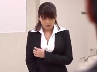 「誰にも言わないで‥」弱みを握られ生徒チンポをしゃぶらされる美巨乳教師