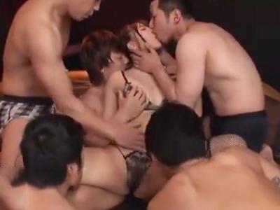 「もうだめぇ」三上悠亜が男達に囲まれ何度も子宮奥を突かれるw