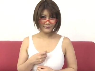 「乳首こすれて気持ちいい♪」メガネ巨乳の推川ゆうりのパイズリで大量射精