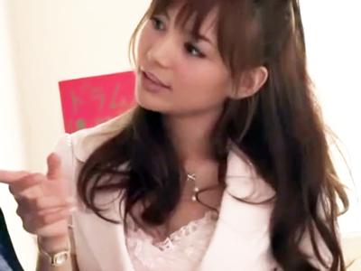 ミスヤリマンに選ばれたハーフ美女が童貞チンポをじっくり手コキ抜き!