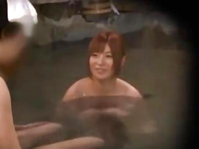 「だめ気持ぃいっ!」夜中の混浴風呂を盗撮したら大乱交パーティだったw