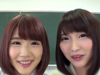 「いっぱいしゃぶってあげるね♪」二人の美少女JKが誰も居ない教室で濃厚な3Pフェラ抜き