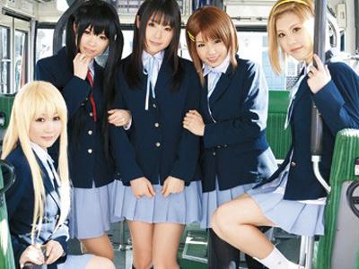 けいおんコスの美少女達がバス内で変態男達に集団で犯されて号泣絶頂