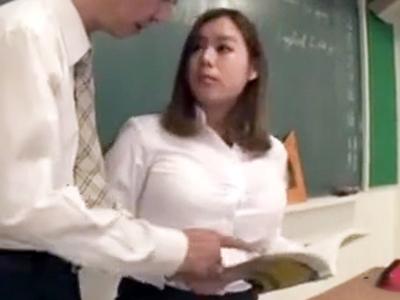 「だ…だめですよ!」新米の巨乳教師が教室で先輩教員に襲われるw