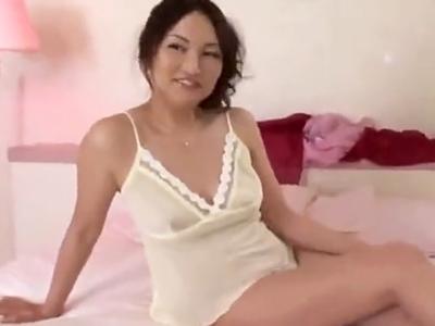 モデル顔負けな美熟女のあったかマンコに新鮮なザーメンをお届け!