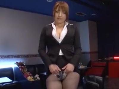 「すっごい飛んだw」OLコスのキャバ嬢が客のチンポを足コキ抜き!