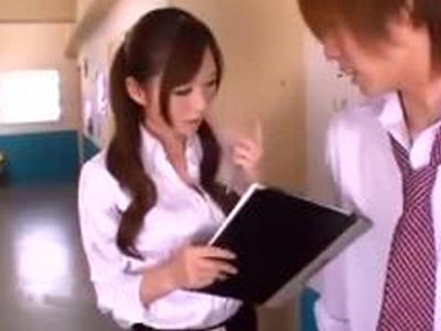 廊下に立たされている男子生徒を誘惑してチンポも立たせる痴女教師