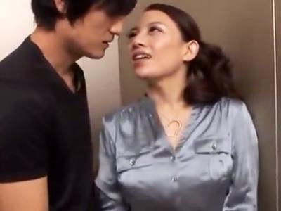 「ここでシよ?」エレベーターで一緒になったイケメンを誘惑するド変態美女w