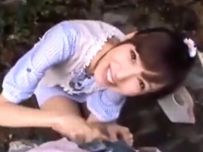 「抜いてあげよっか」公園デート中にこっそりフェラ抜きしてくれる神カワ彼女