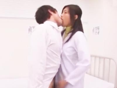 「しょうがないわね‥」性欲旺盛な患者チンポからザーメン抜き取るドスケベ女医