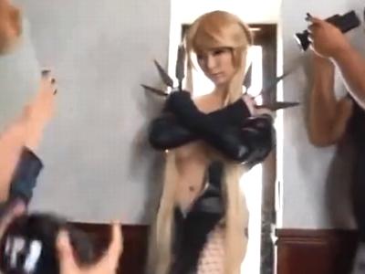完璧スタイルなコスプレ美女がキモオタファンと中出しオフパコ!