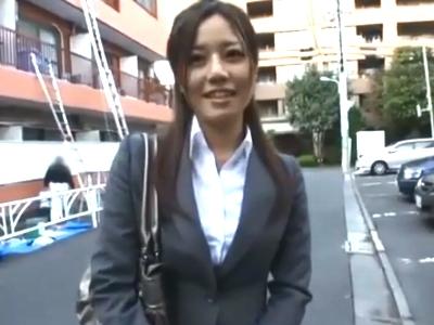 昼休憩中にAVに出演してしまう欲求不満な美人OL