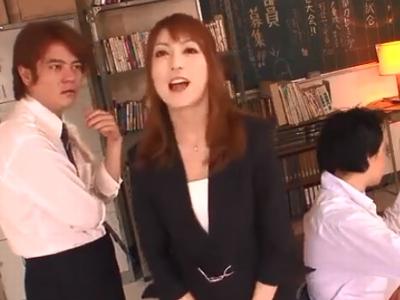 お股ゆるゆるな女教師が放課後の教室で生徒を誘惑w