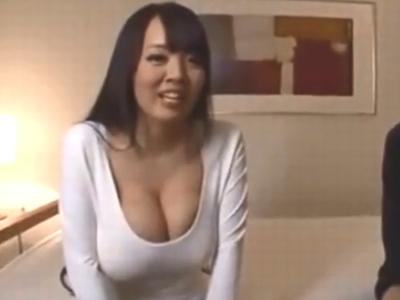 圧倒的巨乳なHitomiお姉さんの生膣を激ピス→そのままザーメン中出し