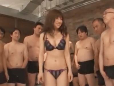 巨乳美女が大勢の汁男優に囲まれてザーメンぶっかけ祭り開催