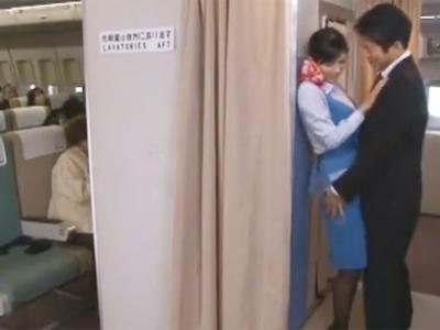 美人CAがフライト中に欲情した変態男の誘いを断れずにそのまま機内パコ