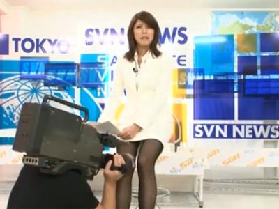 ニュース放送の生放送中にスタッフに性的悪戯をされてしまう美女アナウンサー