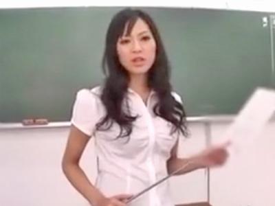 「もっと突いてぇ」放課後の教室で学園のマドンナとイチャラブパコw