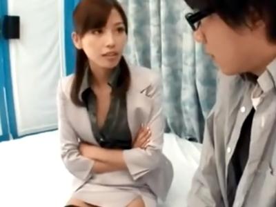 童貞のリクエストに応えて痴女教師に扮した横山美雪が淫語用いて筆おろし!