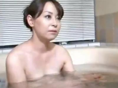 フェロモン溢れる熟女妻が性欲を満たすために息子と一線を越えるw