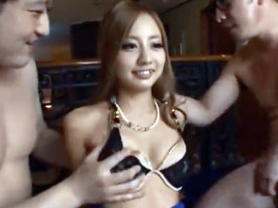 「チンポいっぱぃw」巨乳ギャルが嬉しそうに3Pダブルフェラ→中出しに歓喜w