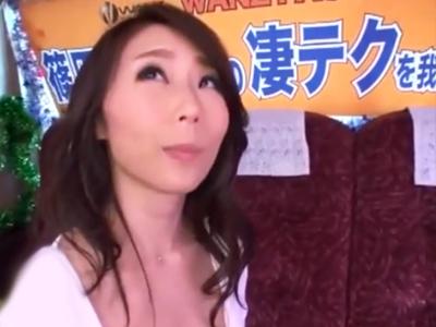 巨乳美女の篠田あゆみが素人チンポを容赦なく手コキ抜き