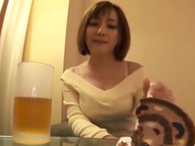 巨乳な上に美しいパイパンマンコの素人娘をガチハメしてザーメン生中出し