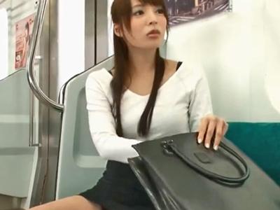 電車内で巨乳揉まれて発情→その場で顔射パコ受け入れた淫乱娘w